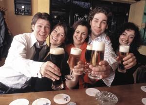 Fünf junge Leute prosten sich zu.