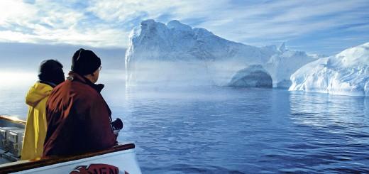 """HLK-Bild v. Frau v. Hesse f. HAN 0714 """"Tiefe Einblicke i.d.Naturschauspiele d. Nordens"""", Arktis, Grönland Schiff BRE, Tasiilaq, Menschen, Eisberg"""