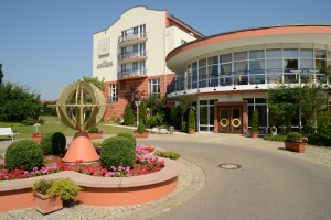 Hoteleingang_TheMonarchHotel-300x200 Gesund saunieren in Bad Gögging