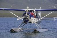 """Wenn das Wasserflugzeug landet, werden neue Gäste in der """"Tagish Wilderness Lodge"""" erwartet."""