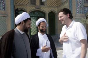 Kish Island, Iran, Horizonte Chefreporter Thorsten Ehrenberg im Gespraech mit dem Imam der Khatamol-Anbia Moschee