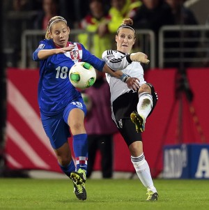 Fussball, Länderspiel, Frauen, Deutschland vs. Kroatien, Anja Mittag (GER, R), Gabrijela Gaiser (CRO, L) Foto: Oliver Schneider, Am Flachsacker 2f, 63456 Hanau - Mobil +49 (172) 2702578 - www.osdp.de - Veröffentlichung nur mit Urheberangabe (§13 UrhG) gegen Honorar (+7% MwSt.) gestattet und Belegexemplar erbeten. Lieferung erfolgt ausschließlich unter Anerkennung meiner AGB, einzusehen unter http://www.osdp.de/agb.html *** Foto nur für redaktionelle Verwendung. Freigabe für Werbung erst nach schriftlicher Vereinbarung. Keine Haftung für die eventuelle Verletzung von Persönlichkeitsrechten oder sonstigen Rechten Dritter (z.B. Rechte an Marken, Rechte an Werken der bildenden und darstellenden Kunst). Der Kunde stellt den Fotografen von allen Ansprüchen Dritter frei, die auf einer Verletzung der vorbenannten Rechte basieren. Kontoinhaber: Oliver Schneider, Bankverbindung: Städtische Sparkasse Offenbach, BLZ 505 500 20, Kto. 105166966, IBAN DE11 5055 0020 0105 1669 66, BIC HELADEF1OFF; Finanzamt Hanau, Steuernummer: 022 867 02647