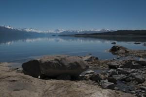 View over the deep blue Lake Pukaki to the Southern Alpes dominated by Mount Cook the highest Mountain in Oceanica Blick über den tiefblauen Pukakisee zu den Südalpen, die hier vom Mount Cook dominiert werden, der als höchster Berg Ozeaniens gilt.